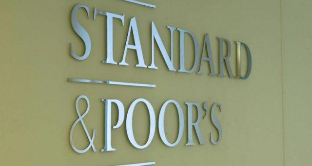 Rendimento del BTp a 10 anni all'1,12%, solamente 8 punti in meno di quello della Grecia. Il restringimento dello spread è arrivato con l'aggiornamento dei rating dell'agenzia Standard & Poor's di venerdì sera.