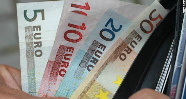 I rendimenti negativi della Germania allontanano i capitali dall'euro e ne minacciano la tenuta, come segnalano i dati sulle riserve valutarie internazionali e, soprattutto, i piani annunciati da alcuni investitori per i prossimi mesi.