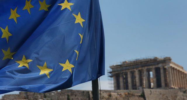 Anche la Grecia emette ora titoli di stato con rendimenti negativi, mentre il Portogallo questo mese rimborserà 2 miliardi di euro ai partner europei con un anticipo di 6 anni, approfittando dei bassi costi di rifinanziamento. Ma non sono solo segnali positivi.