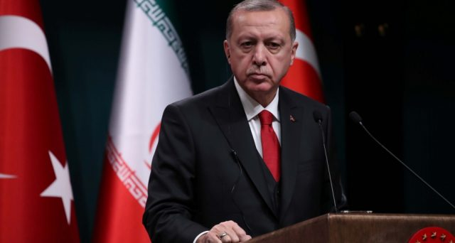 Obbligazioni turche in picchiata con gli attacchi ordinati dal presidente Erdogan in Siria contro la minoranza curda. I rendimenti s'impennano e la lira turca cede, ma potrebbe essere solo l'inizio.