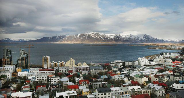 La città di Reykjavik ha emesso un social bond da 6,4 miliardi di corone per finanziare la costruzione di 500 alloggi popolari. L'obbligazione, certificata ICMA, offre rendimento dell'1,90% e dura 47 anni.