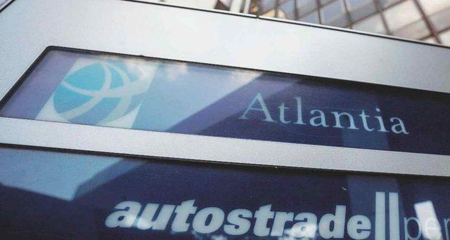 La revoca delle concessioni autostradali è una minaccia sempre più concreta per Atantia e pesa come un macigno per il suo debito obbligazionario, fresco di declassamento ad opera dell'agenzia di rating Fitch.