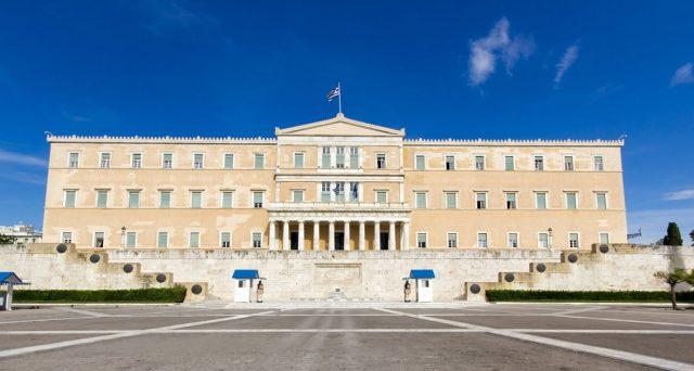 I titoli di stato della Grecia hanno superato quelli italiani e ieri il clamoroso sorpasso del decennale in finale di seduta. Ecco perché i BTp sono considerati ormai i più rischiosi di tutta l'Eurozona.
