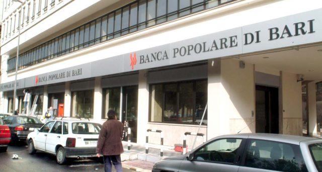 Azioni e obbligazioni della Banca Popolare di Bari sono state sospese dalle contrattazioni. L'istituto potrebbe essere a breve oggetto di un salvataggio pubblico.