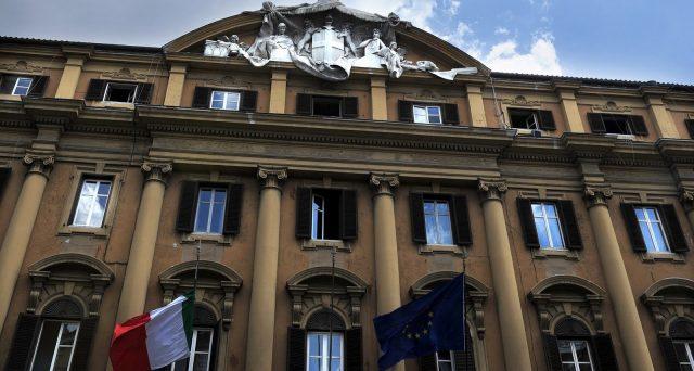 Le tensioni tra USA e Iran non hanno colpito i titoli di stato dell'Italia, anzi lo spread è sceso ai minimi da due mesi dopo il discorso di Trump. Il Tesoro vorrebbe emettere BTp a 15 o 30 anni tramite collocamento sindacato, ma valuta i rischi politici.