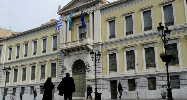 La seconda banca più grande in Grecia scambia obbligazioni di stato a medio-lunga scadenza con un trentennale emesso dal Tesoro per 3,8 miliardi di euro. E l'outlook su Atene migliora ulteriormente.