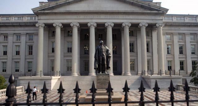 Il Treasury a 10 anni è sceso lunedì a un rendimento dell'1,38%, perdendo mezzo punto percentuale quest'anno. Giù verso l'1,80% il titolo a 30 anni. Il mercato inizia a scontare ulteriori tagli dei tassi negli USA.