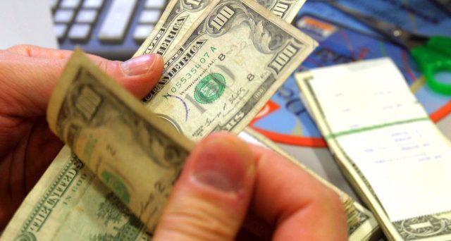 Investimenti in obbligazioni in valute straniere. Un lettore ci chiede se abbia senso attendere il rimborso di due titoli in scadenza nei prossimi mesi. Ecco la nostra risposta.