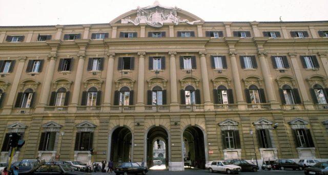 Ordini monstre per i BTp a 5 e 30 anni offerti dal Tesoro tramite collocamento sindacato. Ma la tempistica non è stata fortunata, dato che ieri sono collassati proprio i titoli di stato italiani a 30 anni.