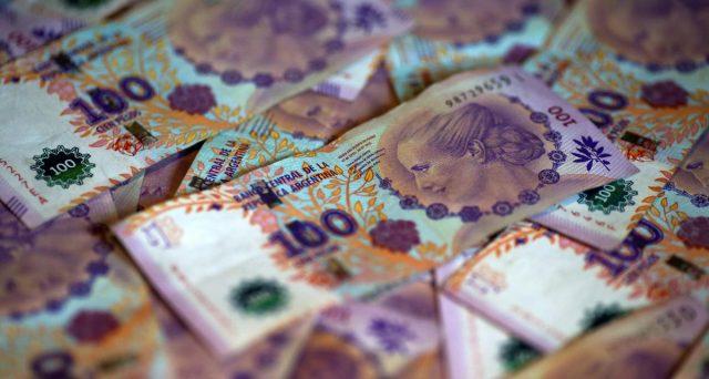 I tre principali gruppi di obbligazionisti dell'Argentina hanno ampliato il fronte delle adesioni sulla controfferta inviata al governo per evitare l'ennesimo default. Si tratta fino al 4 agosto.
