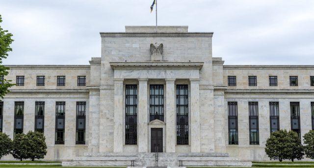 Treasuries e corporate bond in dollari sempre più avidi di rendimento, mentre il biglietto verde si deprezza sui mercati valutari. Vediamo perché i due movimenti sono intrinsecamente connessi tra loro.