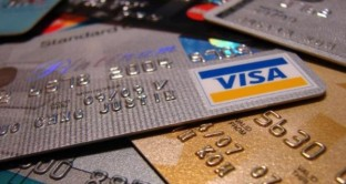In vacanza pagare con la carta di credito è pratico e veloce. Ma meglio conoscere bene le condizioni della banca per non avere sorprese sulle commissioni applicate