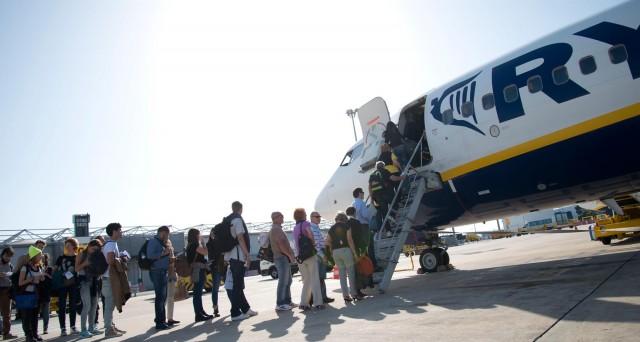 Ryanair lancia nuove offerte per il 2016 e 2017 per convincere i turisti a non avere paura di volare: di quanto scenderanno i prezzi dei voli