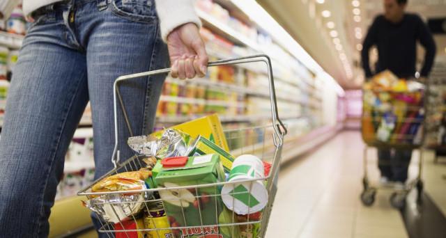 Semplici trucchi per risparmiare soldi ogni mese con la spesa alimentare settimanale.