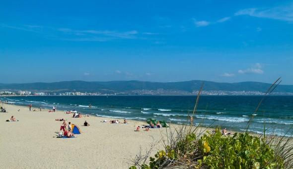 Spiagge paradisiache ma low cost: ecco le offerte migliori per l'estate 2016. Dove conviene di più andare al mare quest'anno?