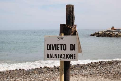 Scatta il divieto di balneazione in diversi tratti della costa adriatica, ecco i motivi.