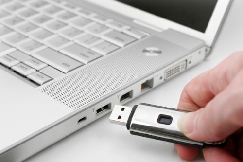 Chi sa resistere alla tentazione di una chiavetta USB lasciata incustodita? Sono davvero poche le persone che trovandosi davanti un dispositivo Usb abbandonato resistono alla tentazione di impadronirsene. Il fatto è stato confermato anche da un esperimento condotto in America, dove 300 chiavette Usb sono state lasciate incustodite presso l'Università dell'Illinois. Il 98% dei dispositivi […]