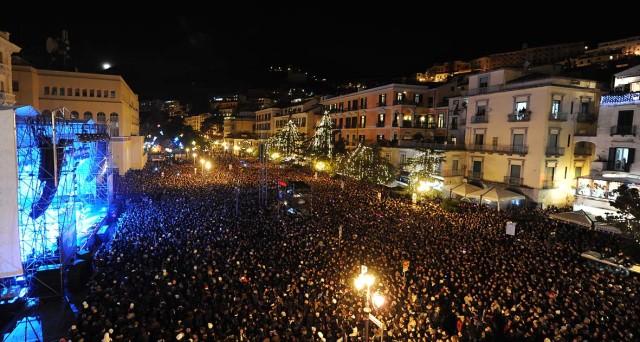 Ecco i nomi degli artisti che si esibiranno gratis in piazza per il concerto di Capodanno 2017 a Pozzuoli e a Salerno.