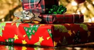 Secondo uno studio, gli sprechi per i regali di Natale poco graditi o addirittura inutili ammontano a 25 miliardi di dollari all'anno. Ecco 10 regole per risparmiare e fare il dono giusto.