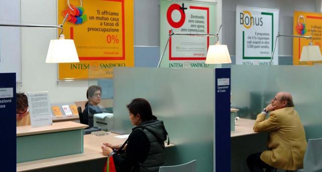 Dal 1 agosto lasciare soldi su un conto corrente Banca Intesa potrebbe costare salato. Escluse le giacenze medie sotto i 2.000 euro