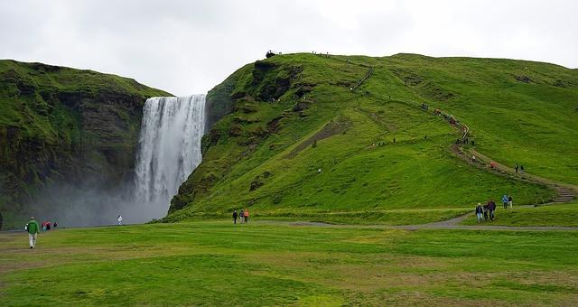 Offerte viaggi estate 2017 per chi ama il fresco: crociere in Nord Europa, voli per l'Islanda, Praga e la Germania.