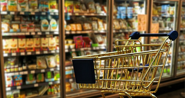 Cinque consigli utili per risparmiare sulla spesa dei generi alimentari e fare acquisti mirati.