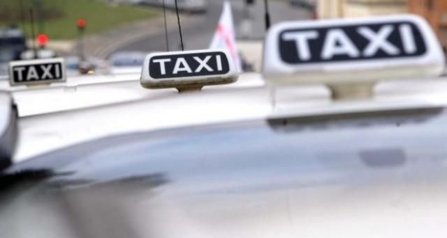 A Napoli scatta l'aumento delle tariffe dei taxi. Il costo delle corse salirà infatti fino al 10% e scoppiano le polemiche.