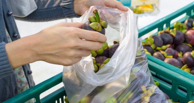 Dal 1 gennaio 2018 i sacchetti alimentari dei supermercati ovvero quelli che si usano per pesare la frutta, la verdura o il pane diverranno a pagamento. Ecco le info e la rivoluzione di Coop Svizzera.