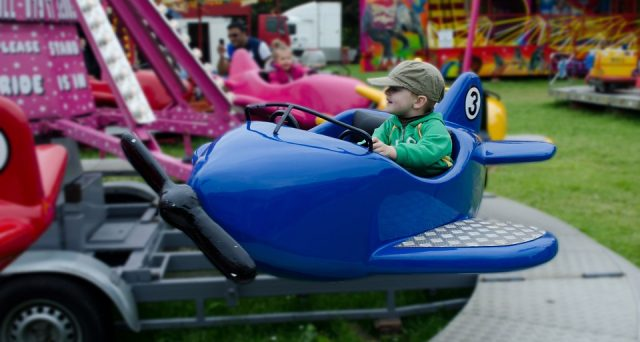 Viaggiare con i bambini in aereo: a che tipo di bagaglio hanno diritto e quando viaggiano gratis?