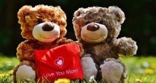Ecco cartoline e biglietti da inviare gratis anche sui social e sulle chat nonché frasi di auguri in occasione della festa della mamma 2018.