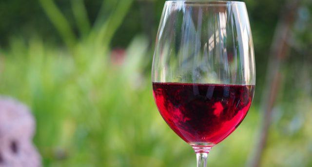 Il vino può essere utilizzato in svariati modi anche quando diventa aceto o semplicemente vecchio da degustare. Ecco allora come riutilizzarlo per risparmiare.