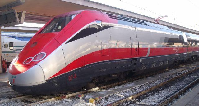Incendio doloso vicino Firenze mette in ginocchio la circolazione ferroviaria. Ritardi e cancellazioni: ecco come richiedere indennizzo.