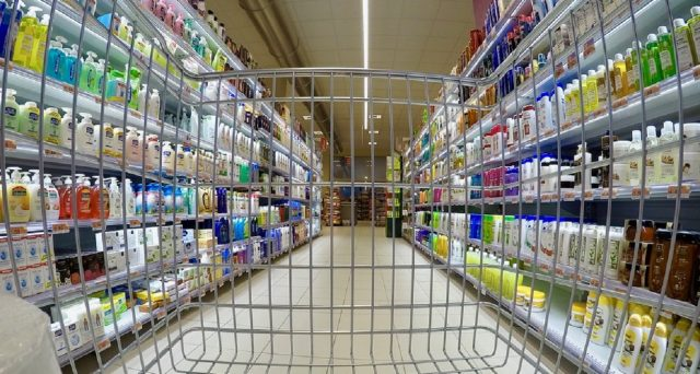 Sono molte le tecniche che i supermercati mettono in campo per convincere a spendere di più sulla spesa. Come difendersi: analisi e consigli.