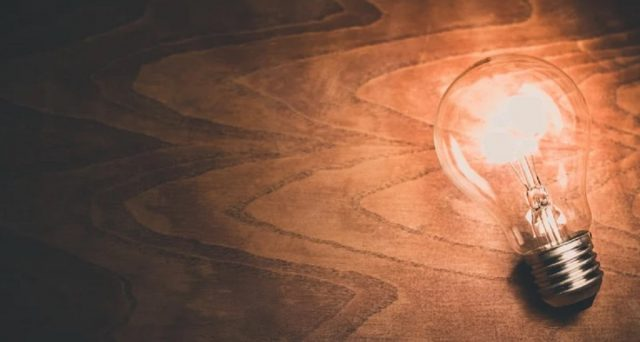 Siamo in autunno e la bolletta elettrica comincerà nuovamente a crescere: ecco 10 modi per risparmiare cambiando semplici abitudini.