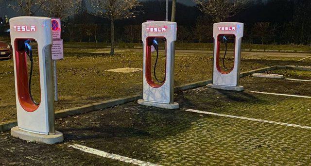 Finalmente aperto il Supercharger di Tesla presso