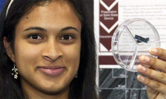 Una giovane scienziata sviluppa un dispositivo in grado di caricare il cellulare in mezzo minuto.