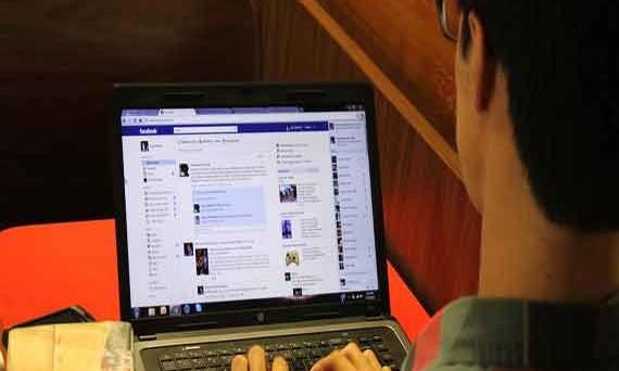 Che il 2013 sia l'inizio della fine per Facebook? Secondo uno studio inglese, sembrerebbe proprio di sì, almeno a quanto riportano i teenager: questi ultimi, in fuga dai genitori iscritti in massa sul social di Zuckerberg, emigrano Twitter e preferiscono servizi come WhatsApp e Snapchat. E' davvero la fine per Facebook?