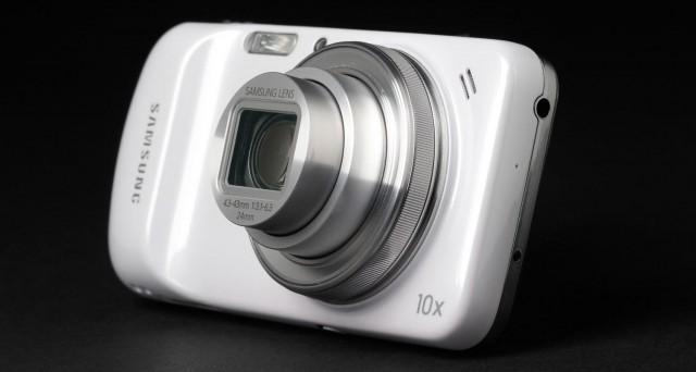 Samsung ha da poco presentato Galaxy K Zoom, smartphone con fotocamera da 20 megapixel, o camera con funzioni smartphone (come preferite) in arrivo il 21 maggio al prezzo di 499 euro.