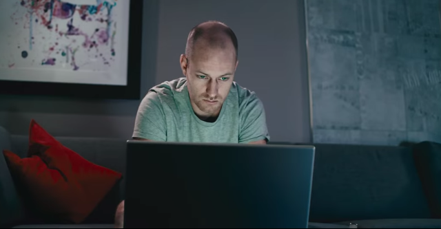 Un cortometraggio di Shaun Higton spiega il lato oscuro di Facebook, quello dominato dalla menzogna e dove la verità è una trappola nella quale meglio non cadere. E' proprio così?