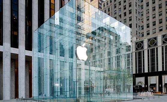 Si creano già code davanti all'Apple Store di New York per acquistare l'attesissimo iPhone 6: ma perché gli iPhone hanno così tanto successo tanto da suscitare fenomeni così impressionanti?