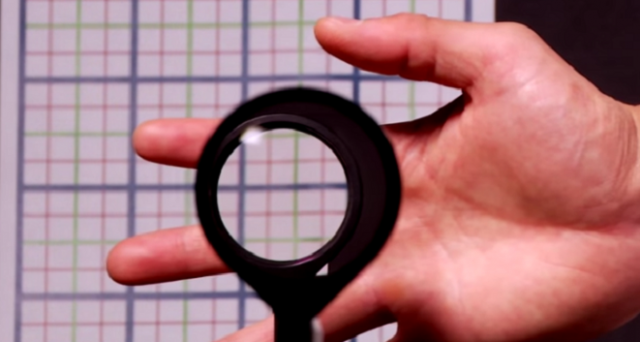 Il mantello dell'invisibilità è finalmente realtà: progettato all'Università di Rochester da due fisici, il Rochester Cloak, grazie a un sistema di lenti che riflettono la luce, riesce a occultare un oggetto producendo un'impressionante illusione ottica.