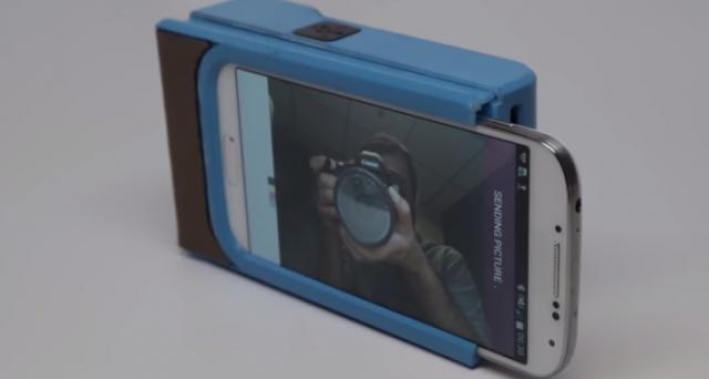 Grazie a una startup francese, nel prossimo anno potremmo affiancare al nostro smartphone la custodia Prynt, una piccola stampante termica che trasforma il nostro dispositivo in una Polaroid.
