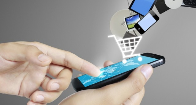 Cresce in Italia la tendenza a connettersi a internet tramite smartphone, superando anche le connessioni via PC. A giovarne lo shopping mobile.