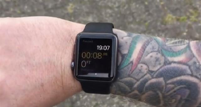 Alcuni utenti hanno segnalato i primi problemi per Apple Watch: l'immutabilità della home screen e l'incompatibilità del sensore biometrico con i polsi tatuati sul banco degli imputati.