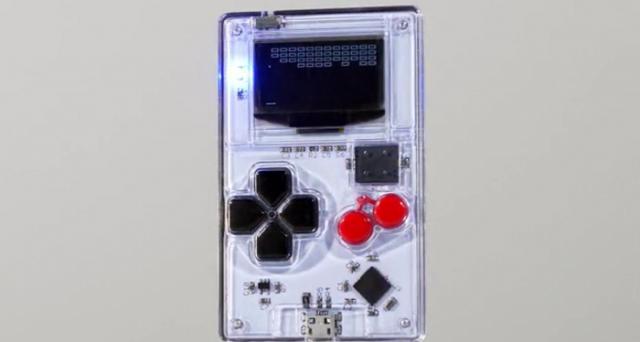 Si chiama Arduboy ed è l'erede del Game Boy: grande quanto una carta di credito, consentirà di giocare, condividere e creare videogame a 8 bit. Il progetto è finanziabile su Kickstarter.