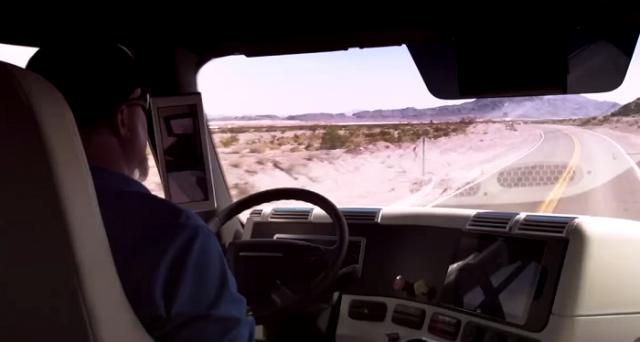 Freightliner Inspiration Truck è il primo camion a guida parzialmente autonoma ad aver ricevuto il via libera per circolare sulle strade del Nevada. Ecco come funziona.