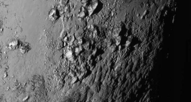 Sono arrivate le prime immagini di Plutone, Caronte e Hydra inviate dalla sonda New Horizons. Ecco cosa è stato scoperto finora sul pianeta nano e i suoi satelliti.
