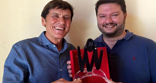 Gianni Morandi si è aggiudicato il premio come Personaggio dell'anno 2015 agli ultimi Macchianera Italian Awards.