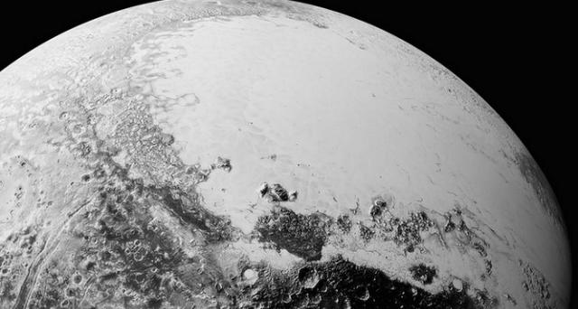 La NASA ha recentemente pubblicato nuove foto di Plutone inviate dalla sonda New Horizons che rivelano come il pianeta nano sia particolarmente complesso.