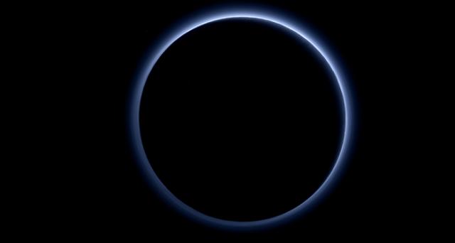 Nuove immagini di Plutone inviate da New Horizons fanno luce sui cieli blu dell'atmosfera del pianeta nano e rilevano acqua ghiacciata di colore rosso.